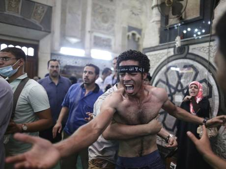 Egyptians mourn over the bodies of their relatives in the Al-Fath mosque. (Photo: AP)